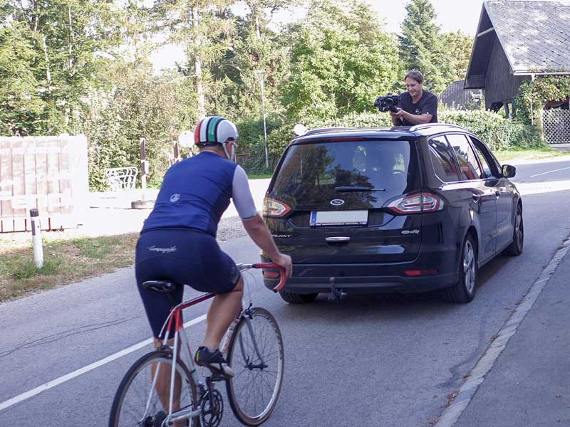 Imagefilm Shooting - Radfahrer wird aus Auto gefilmt